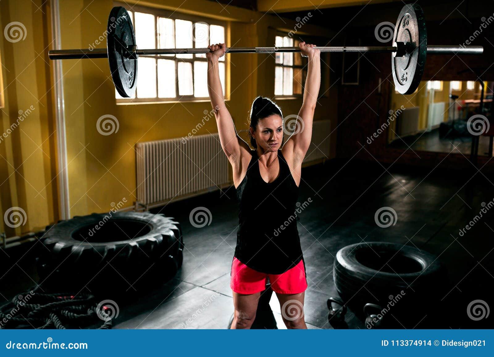 Femme de Bodybuilder faisant l exercice au gymnase
