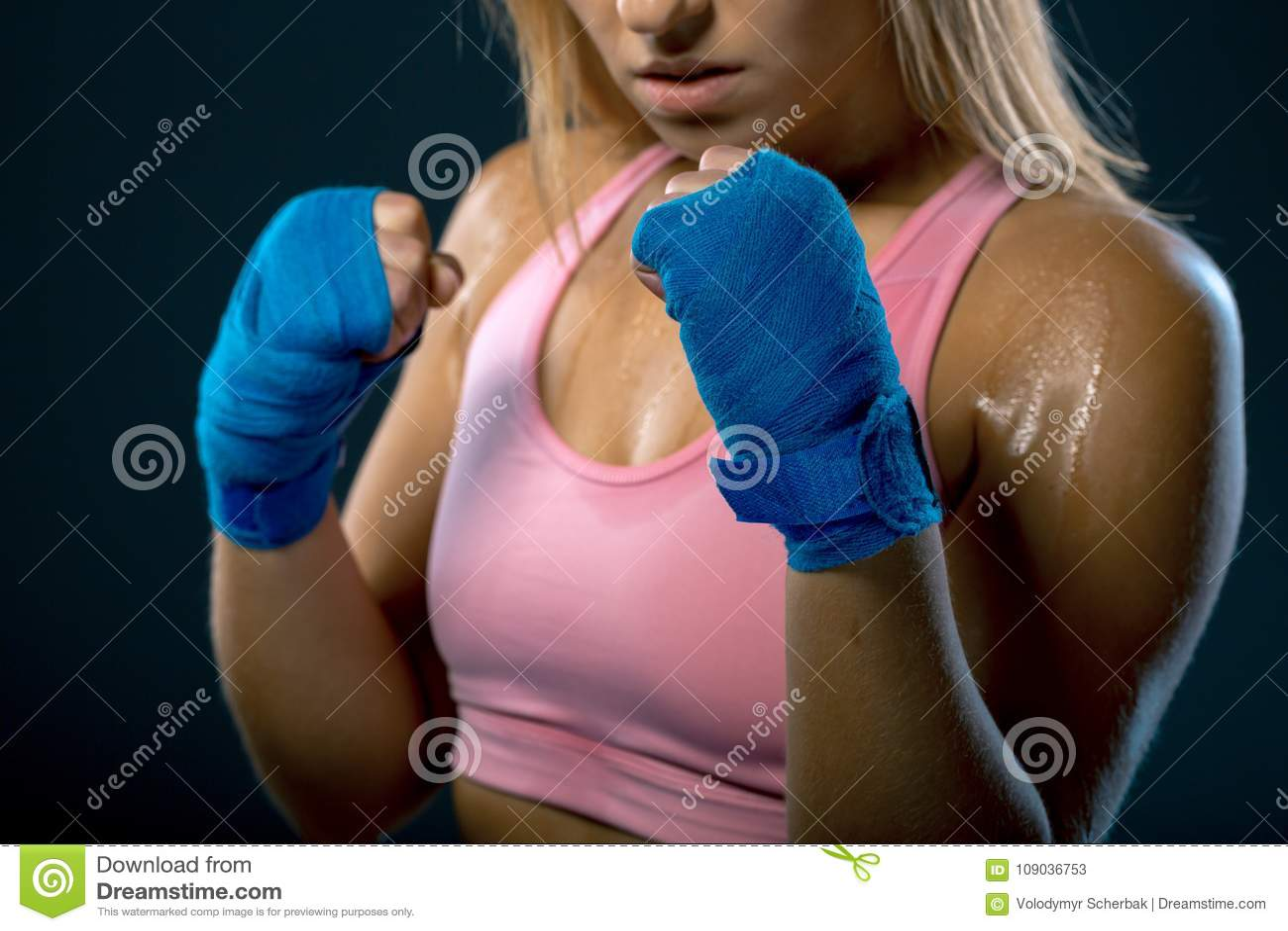 Femme de boxe Combattant de jeune femme prêt à combattre Femme intense Mains femelles enveloppées dans le bandage de boxe