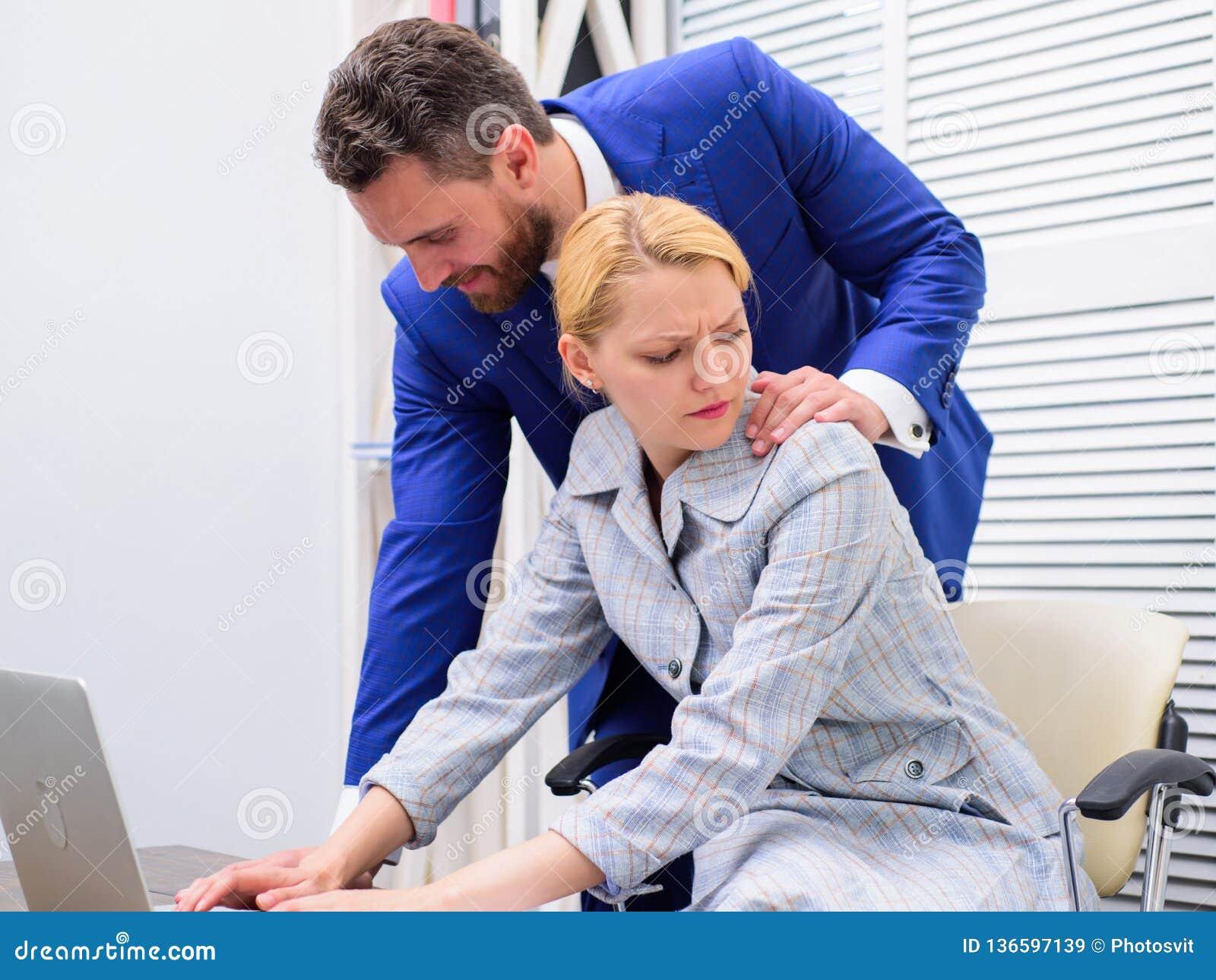 Femme de bureau et son patron lascif irrévérence Personne mettant la main sur l épaule