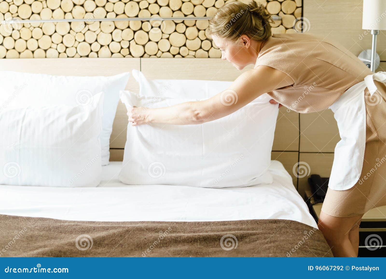 Femme de chambre faisant un lit dans une chambre d 39 h tel - Femmes de chambre synonyme ...
