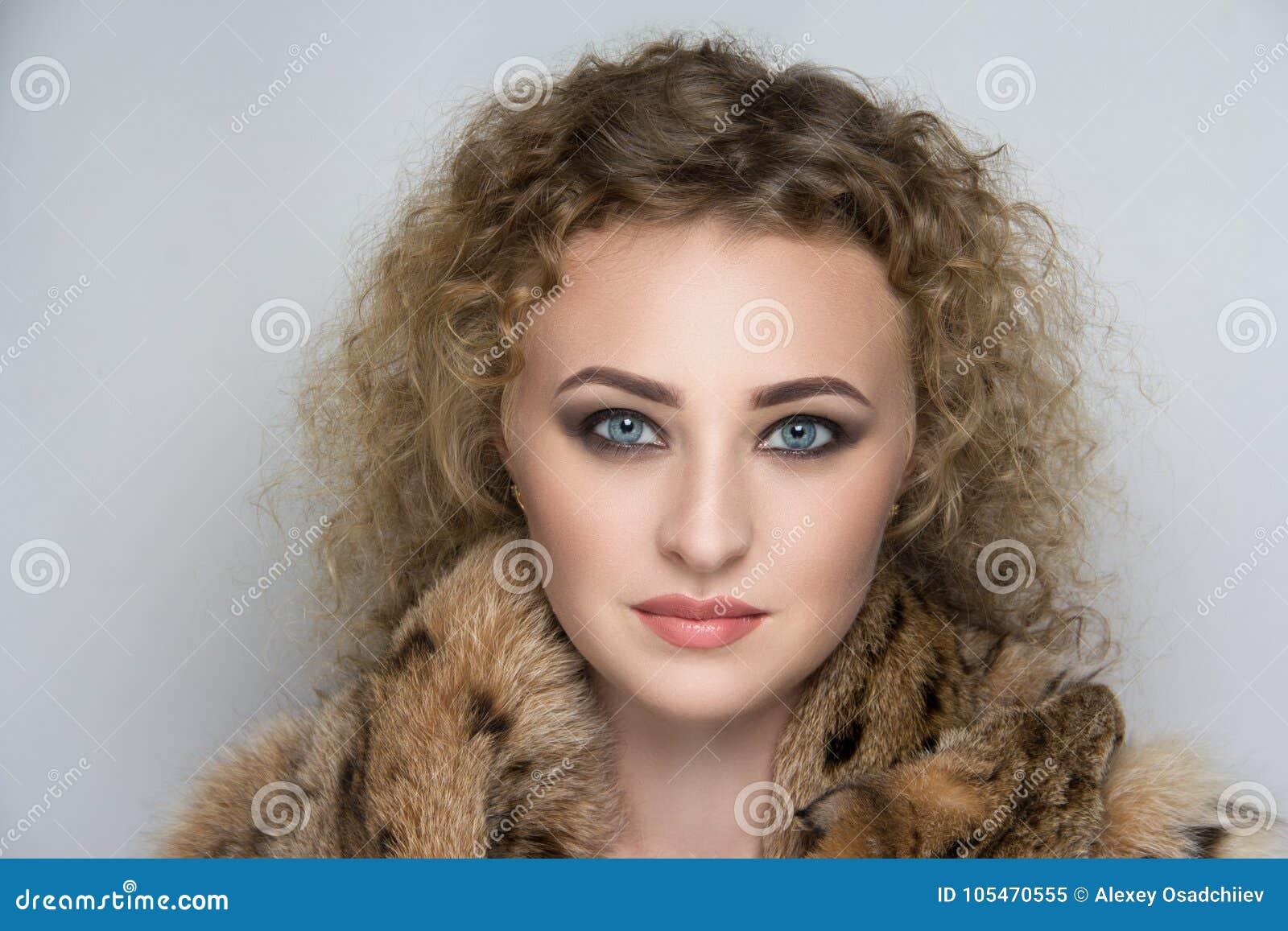 Femme de collier de fourrure