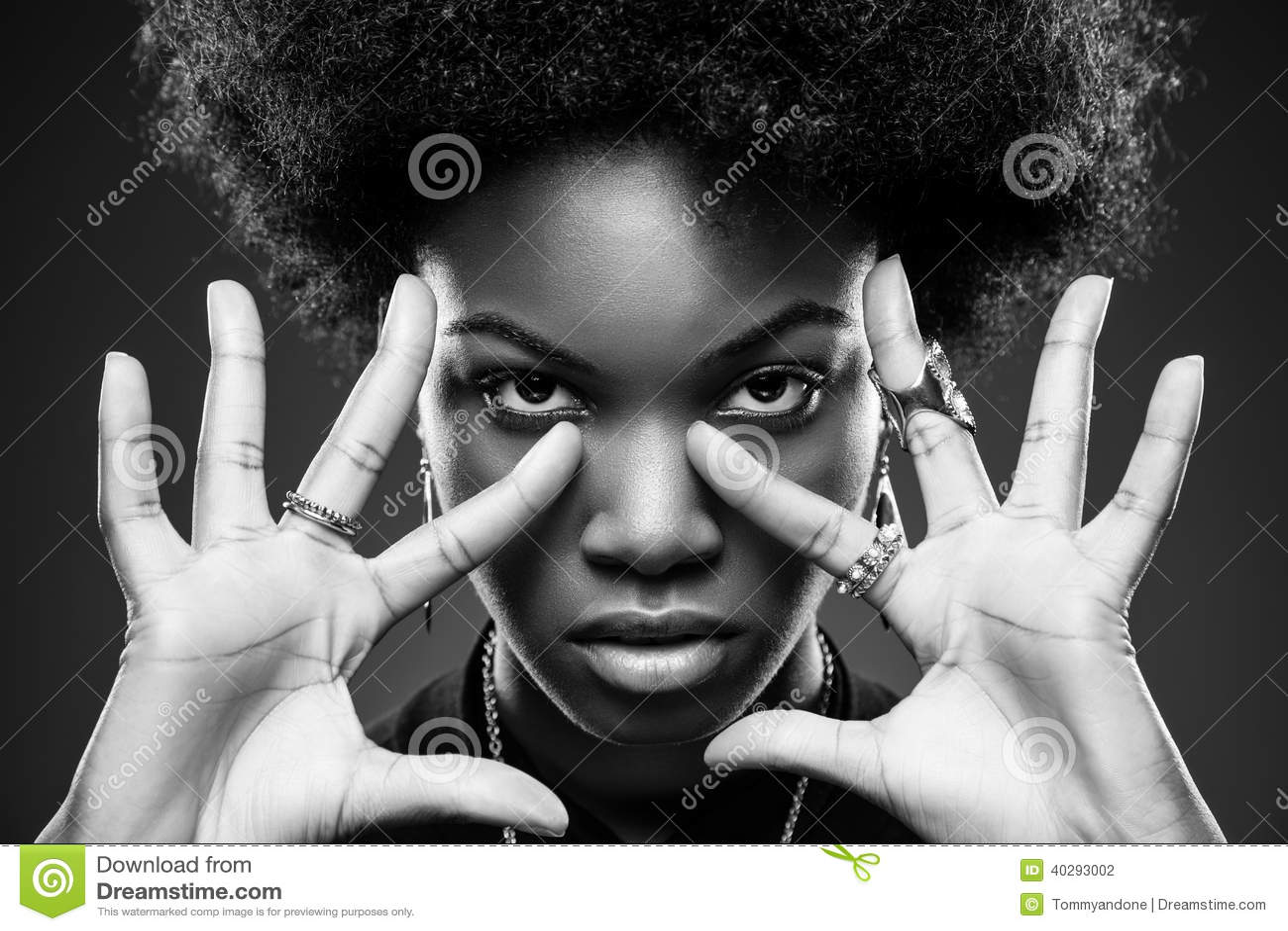 Femme de couleur avec la coiffure Afro