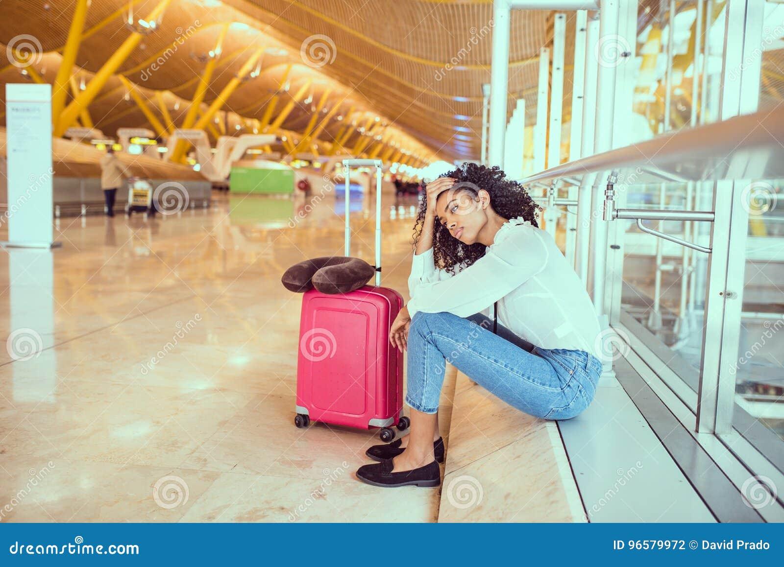 Femme de couleur contrariée et frustrée à l aéroport avec le canc de vol
