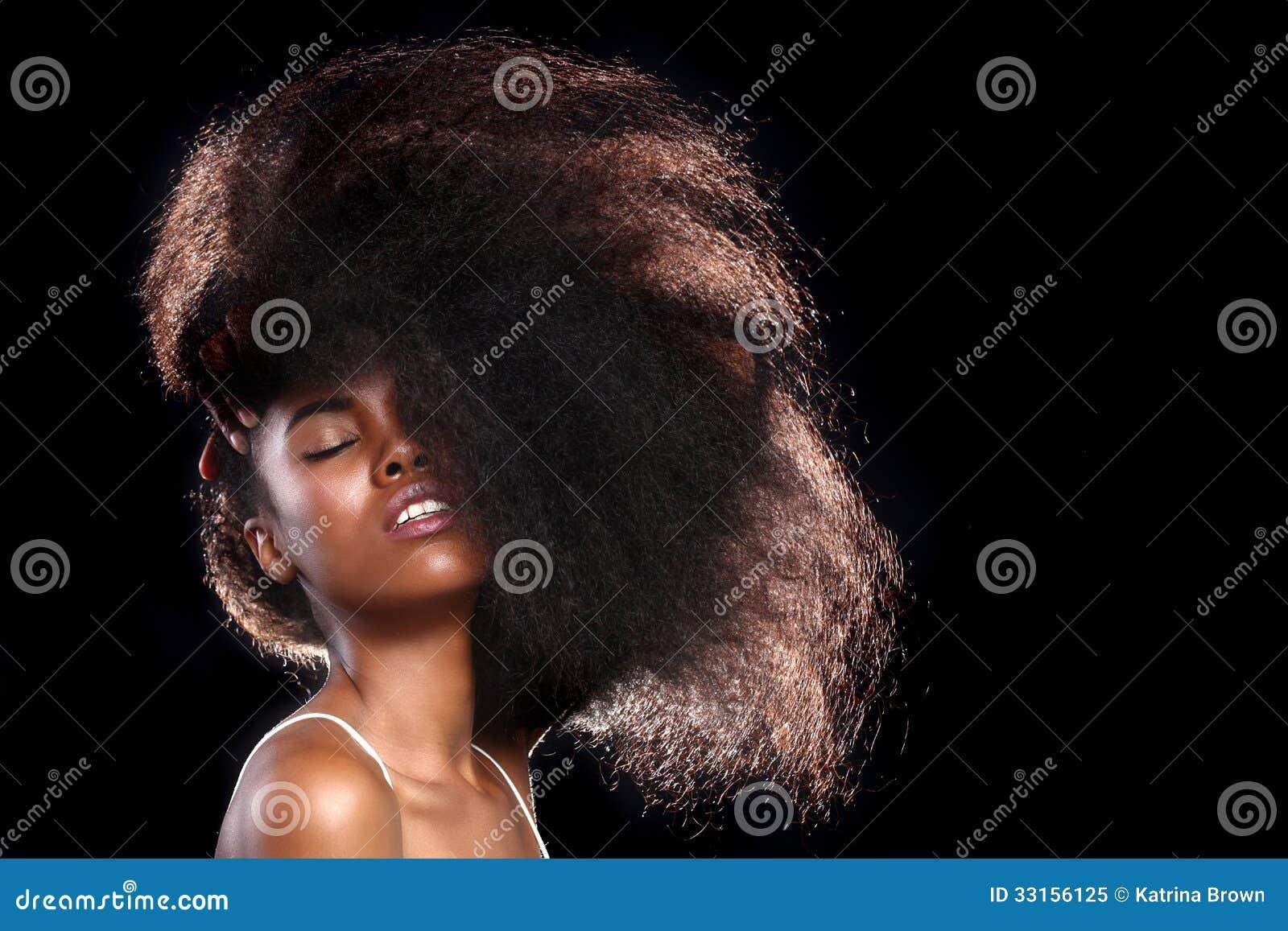 Femme de couleur d afro-américain avec de grands cheveux