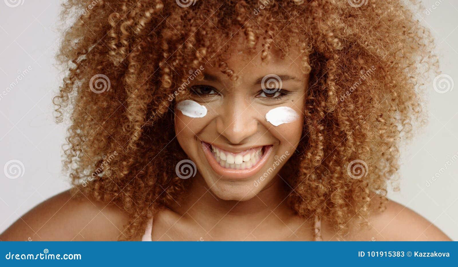 Femme De Couleur De Métis Avec Les Cheveux Bouclés Blonds Dans Le