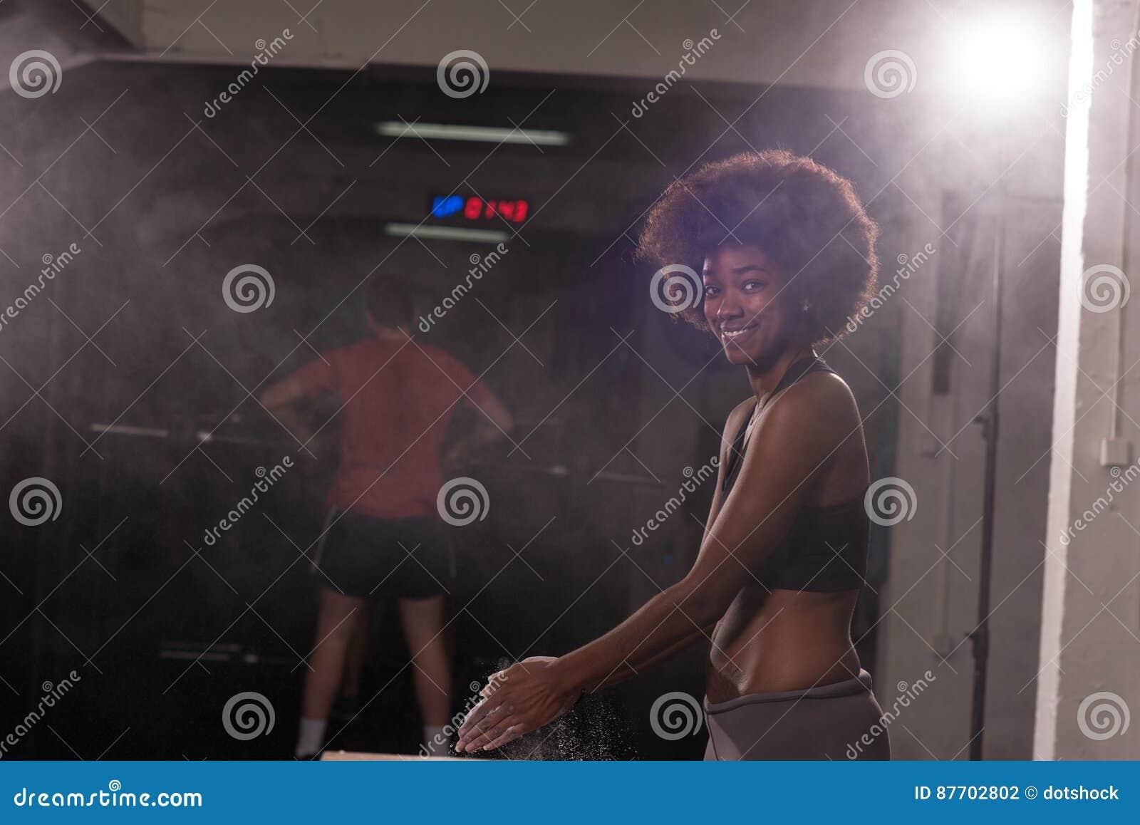 Femme de couleur se préparant à la séance d entraînement s élevante