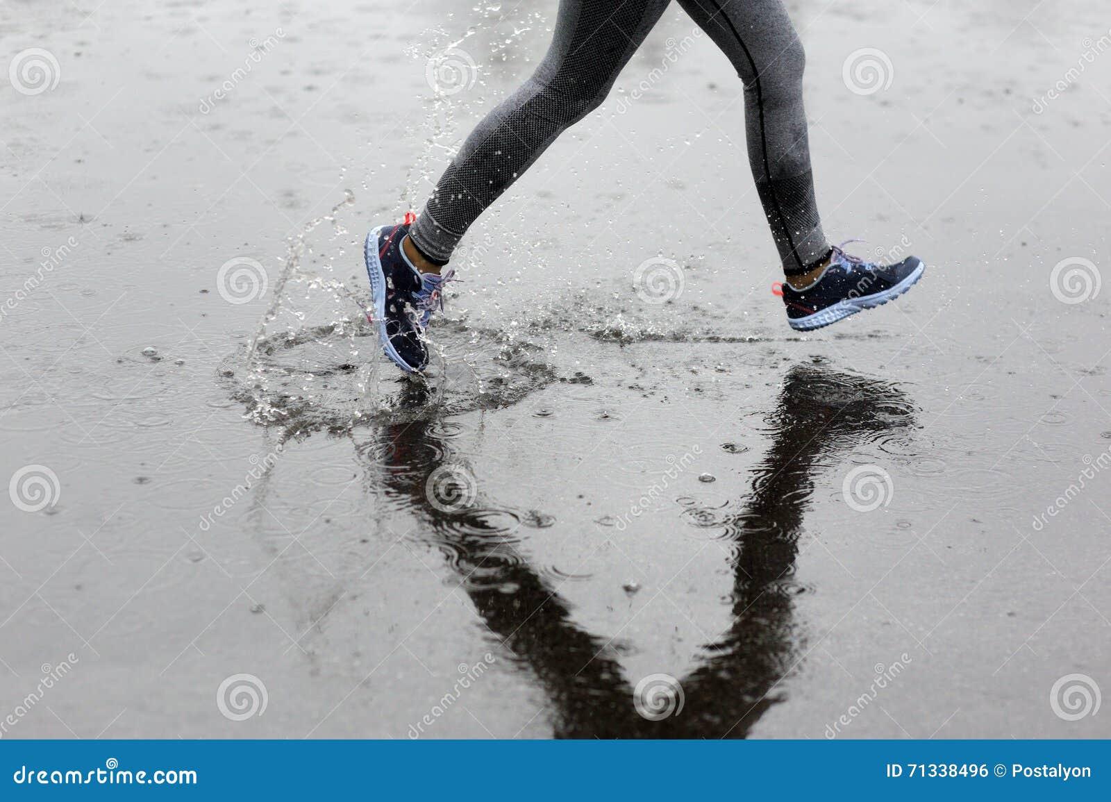 Femme de coureur courant en parc sous la pluie Formation pulsante pour m