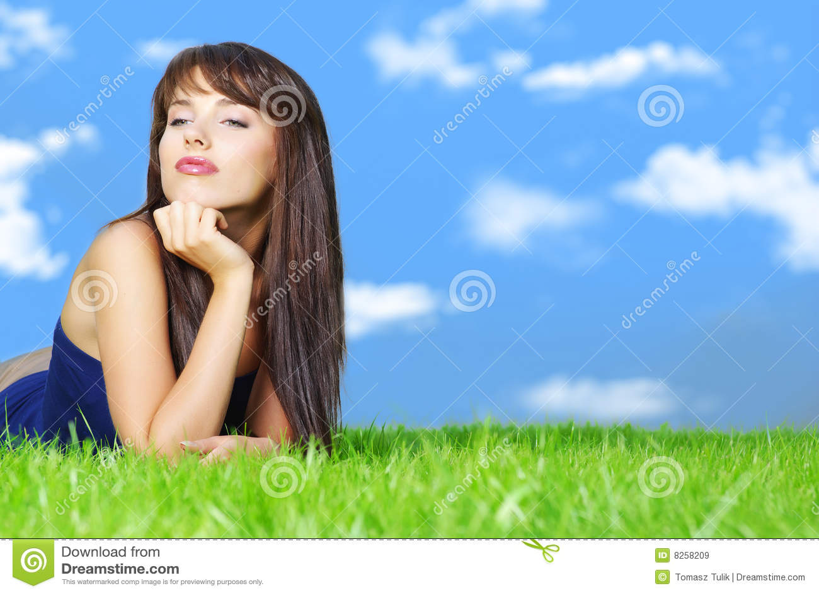 Femme de détente d herbe