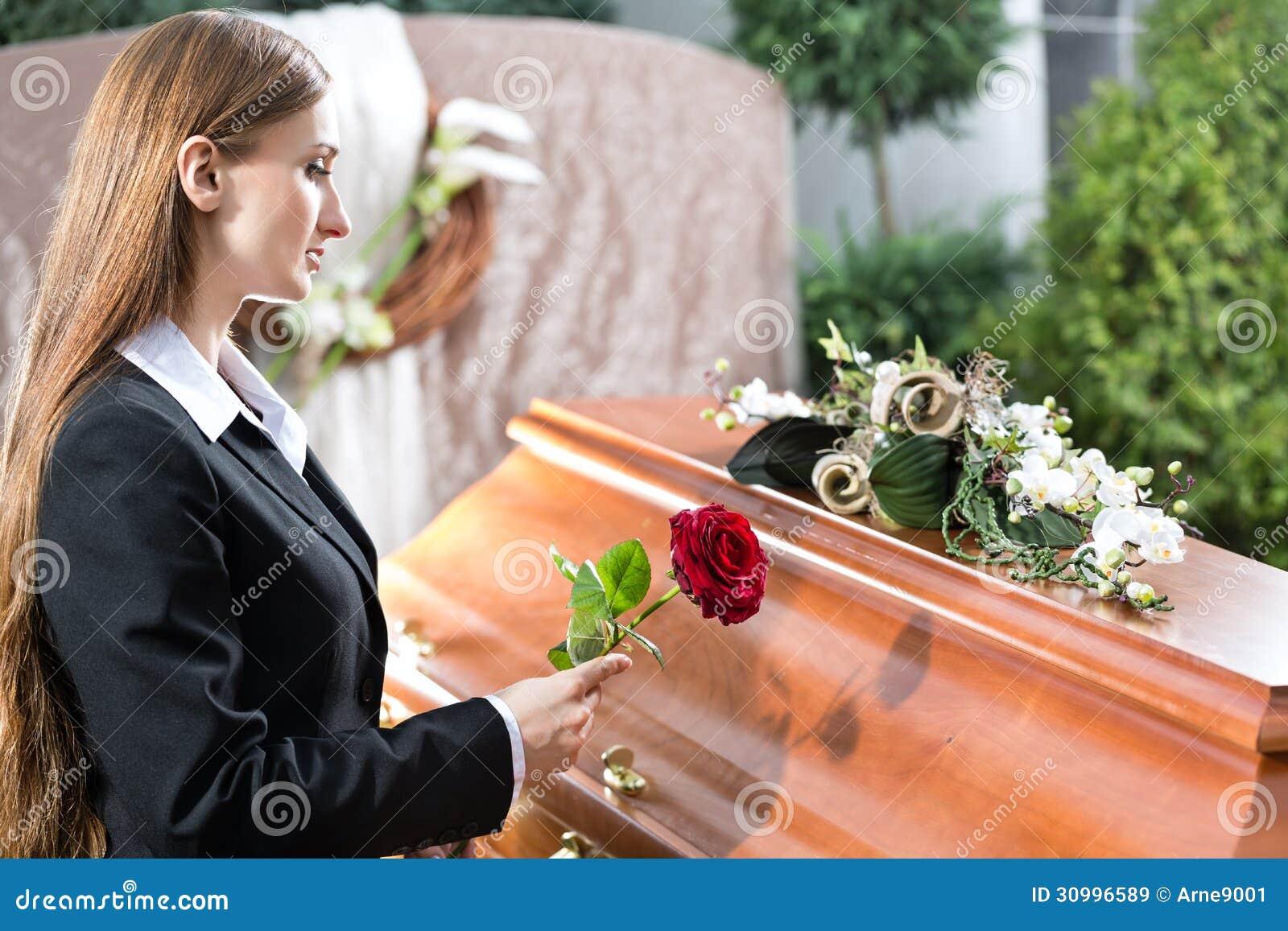 Femme de deuil à l enterrement avec le cercueil