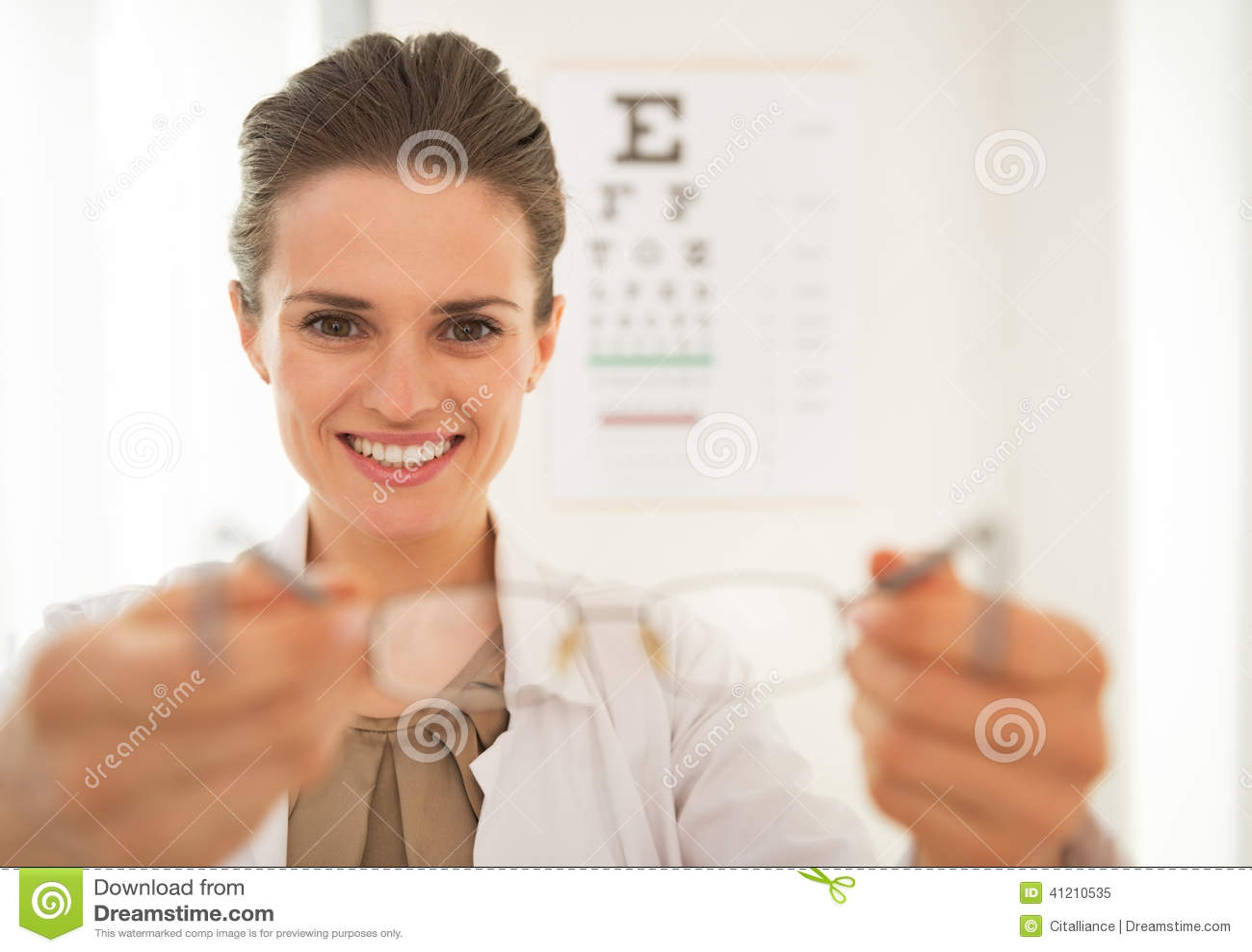 b3ce42c1ad283a L ophtalmologue de sourire soignent la femme donnant des lunettes devant  snellen le diagramme