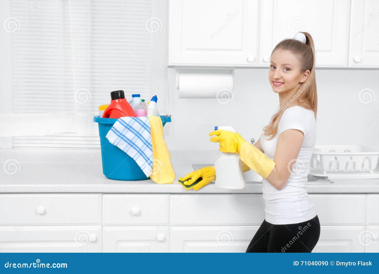 Femme de ménage avec le seau d alimentations stabilisées