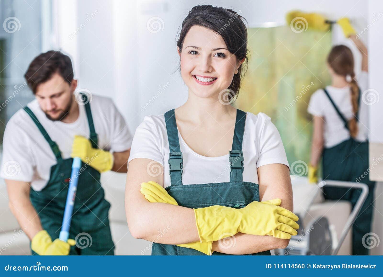 Femme de ménage de sourire
