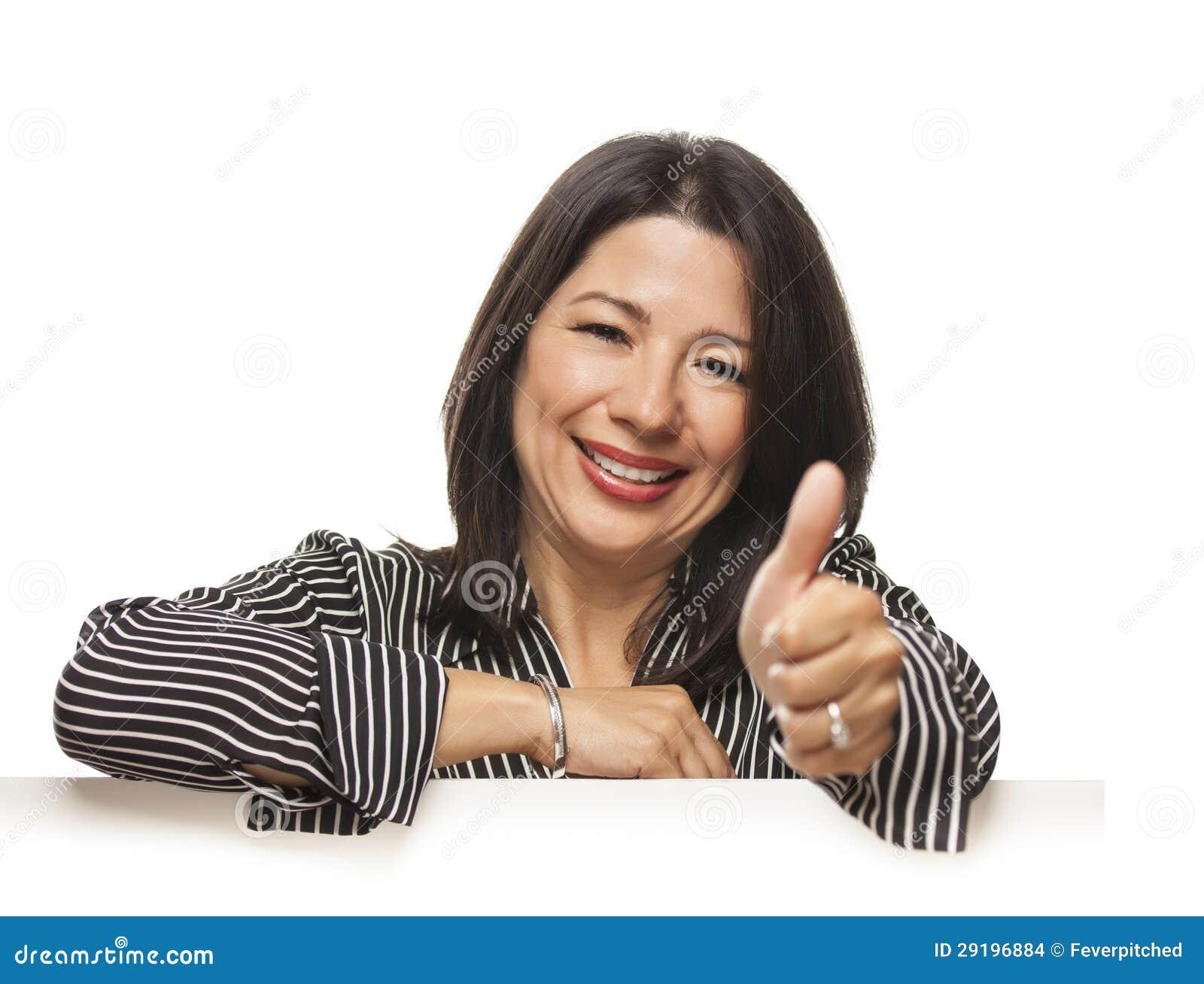 Femme de métis se penchant sur le signe blanc vide avec des pouces