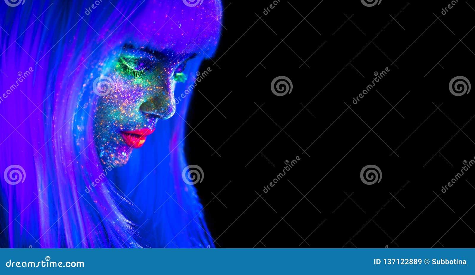 Femme de mannequin dans la lampe au néon Belle fille modèle avec le maquillage fluorescent lumineux coloré d isolement sur le noi
