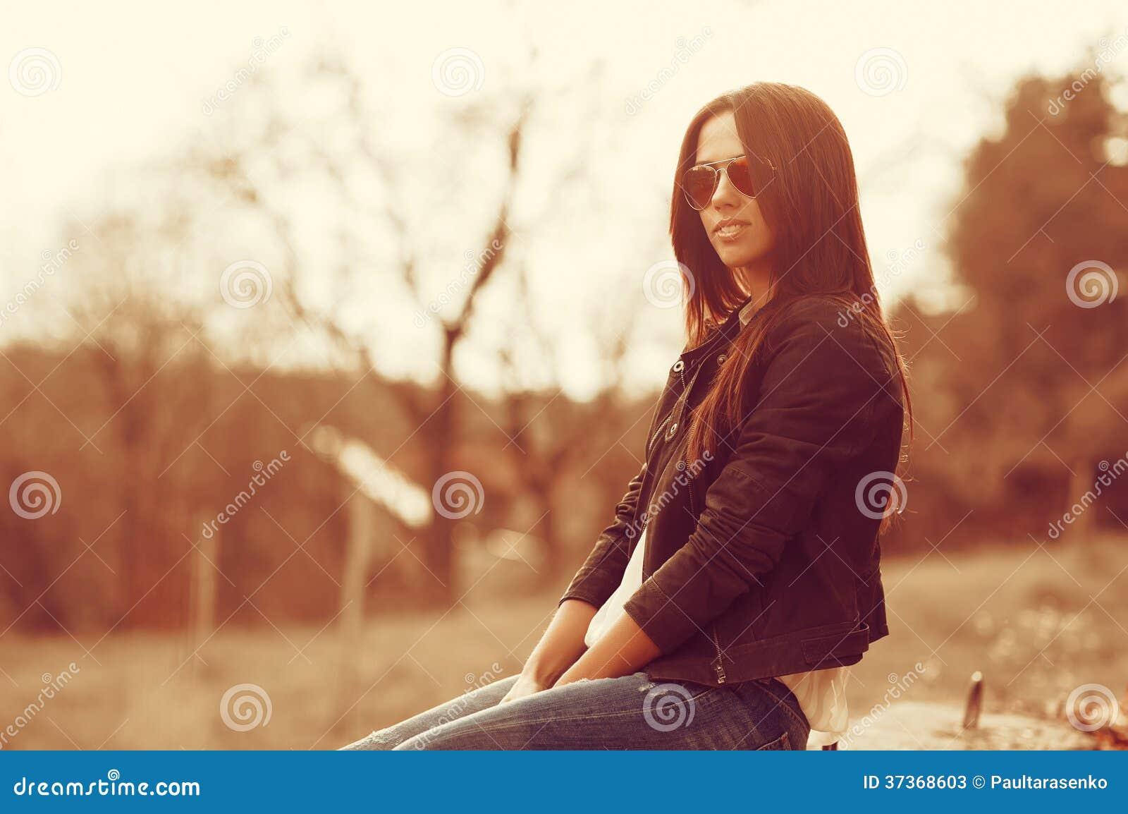 femme de mannequin posant dehors image stock image du charme mode 37368603. Black Bedroom Furniture Sets. Home Design Ideas