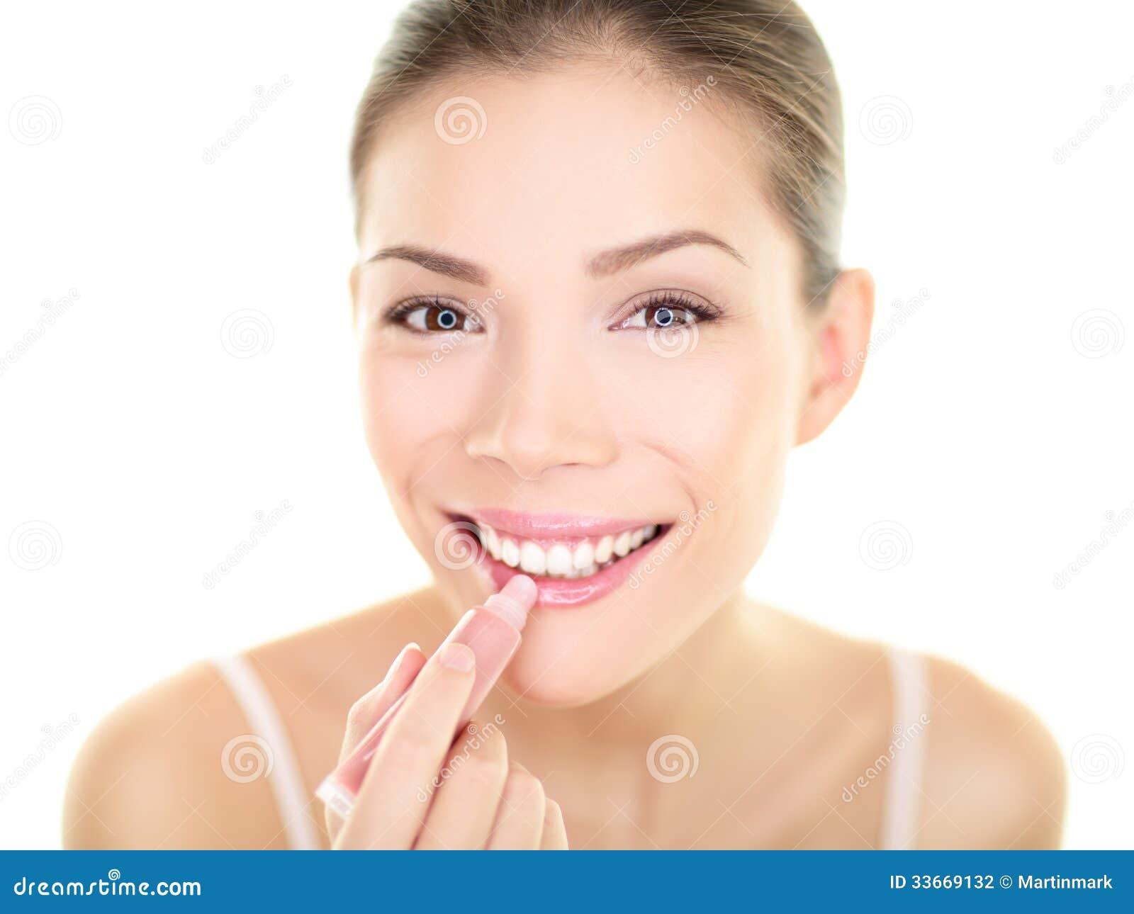 Femme de maquillage de rouge à lèvres mettant la beauté de soin de baume à lèvres