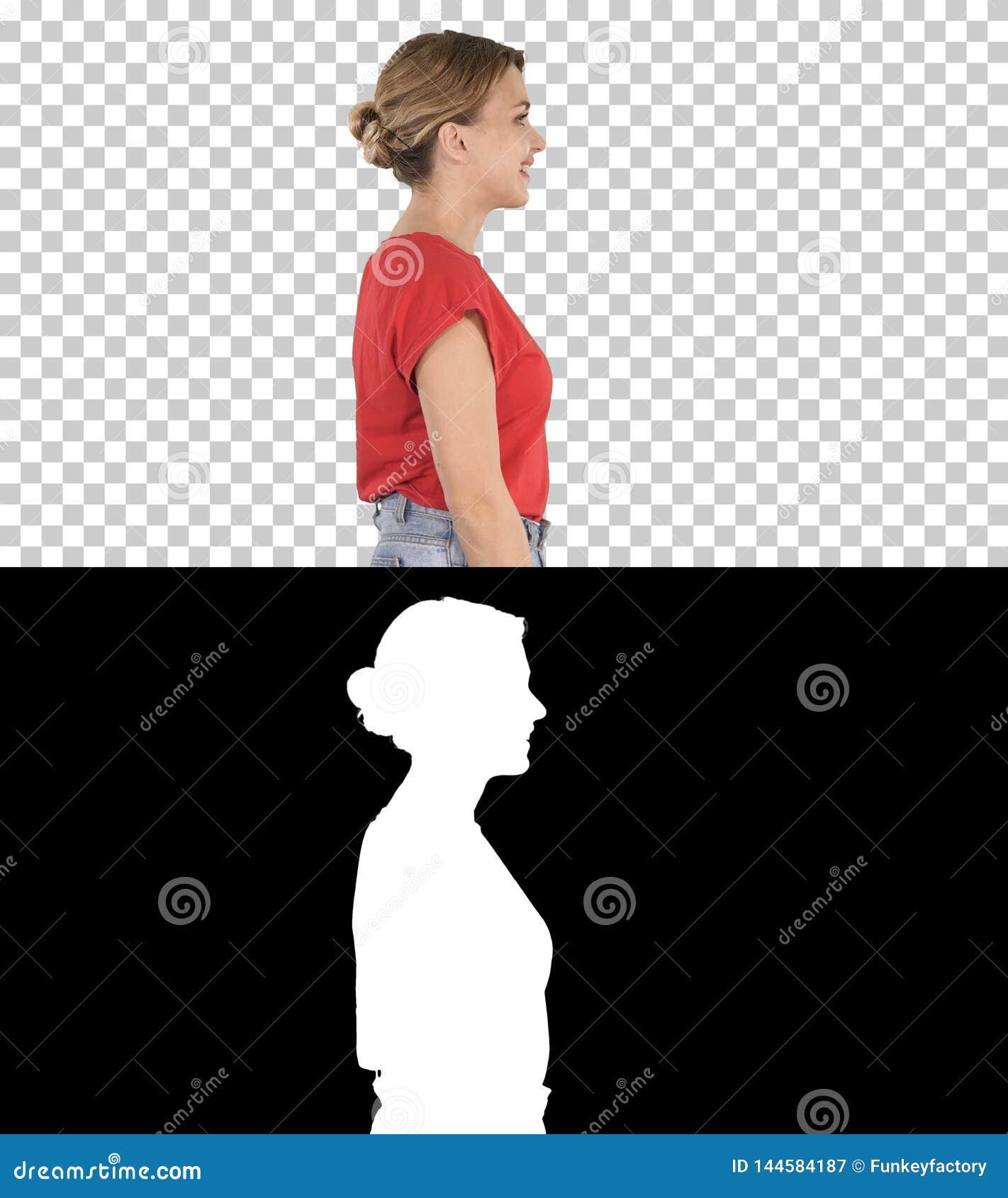 Femme de marche dedans dans les jeans et le T-shirt, Alpha Channel