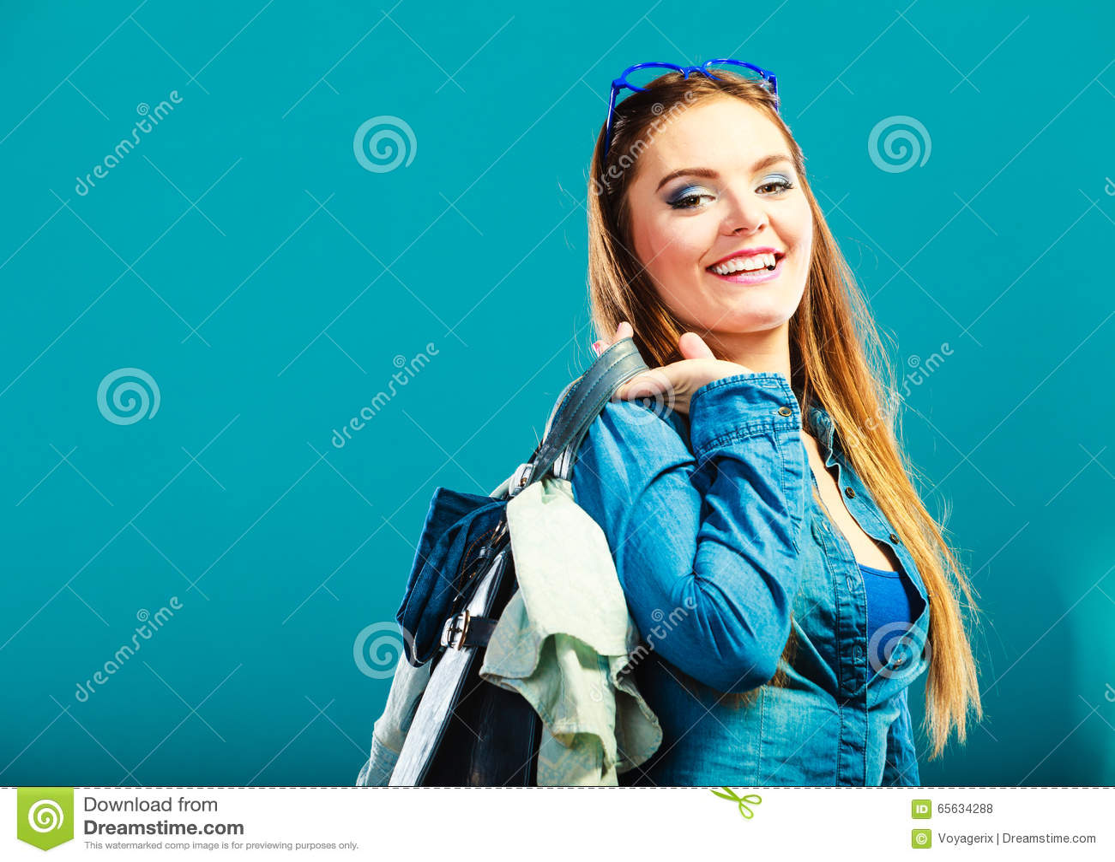 Femme de mode portant le denim bleu avec le sac