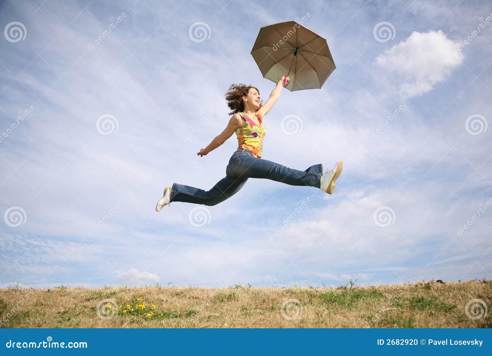 Femme de mouche avec le parapluie