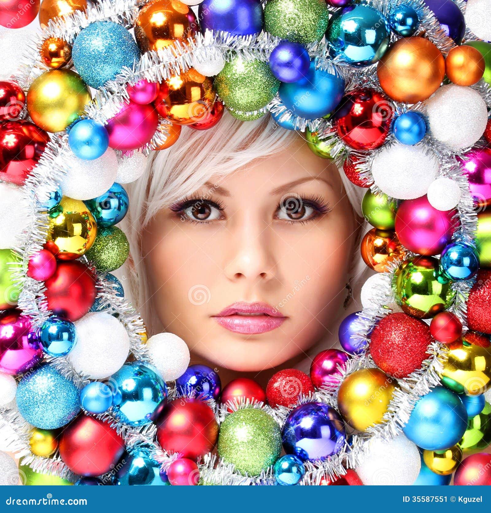 Femme de Noël avec les boules colorées. Visage de belle fille