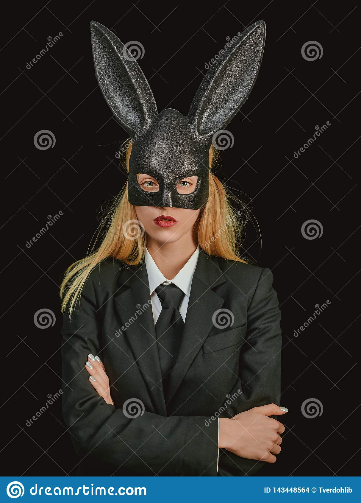 Femme de Pâques   Femme heureuse dans le lapin