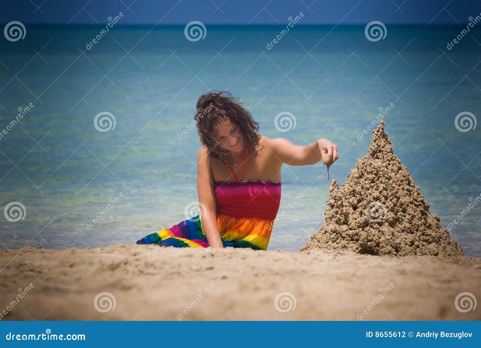 Femme de pâté de sable de construction