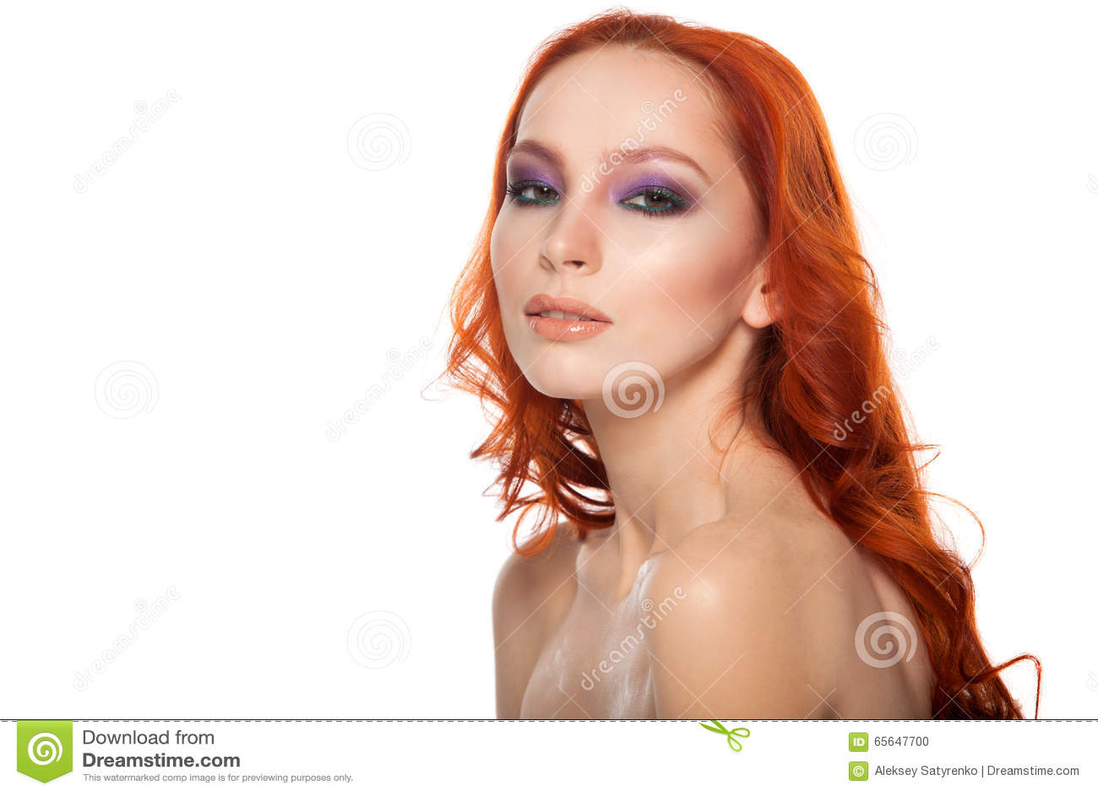 Femme de peau juste avec de longs cheveux rouges bouclés de beauté Fond d isolement