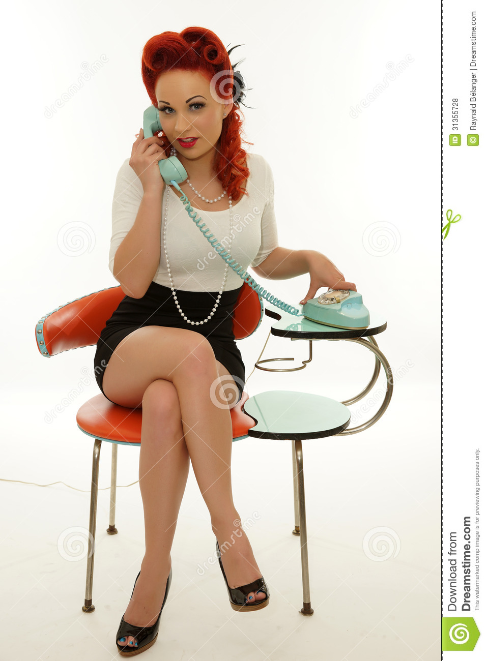 Femme de pin up tenant un t l phone de vintage photos libres de droits image 31355728 - Femme pin up ...