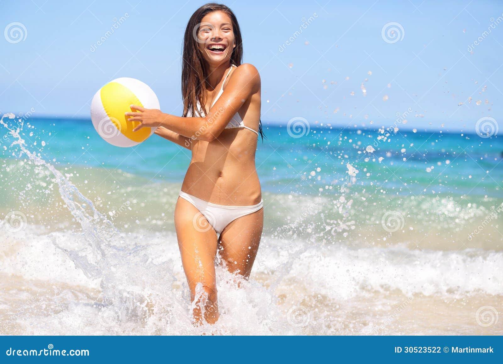 Femme de plage ayant l amusement riant appréciant le soleil