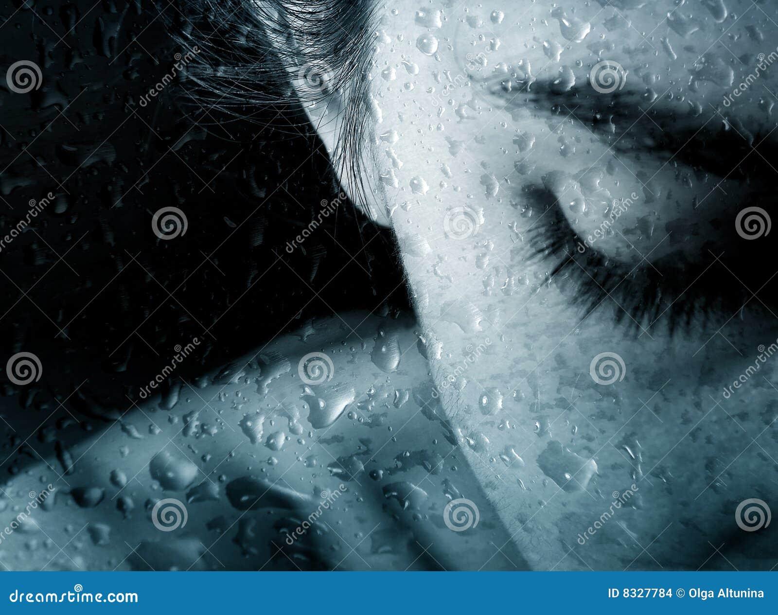 Femme de pluie de baisses