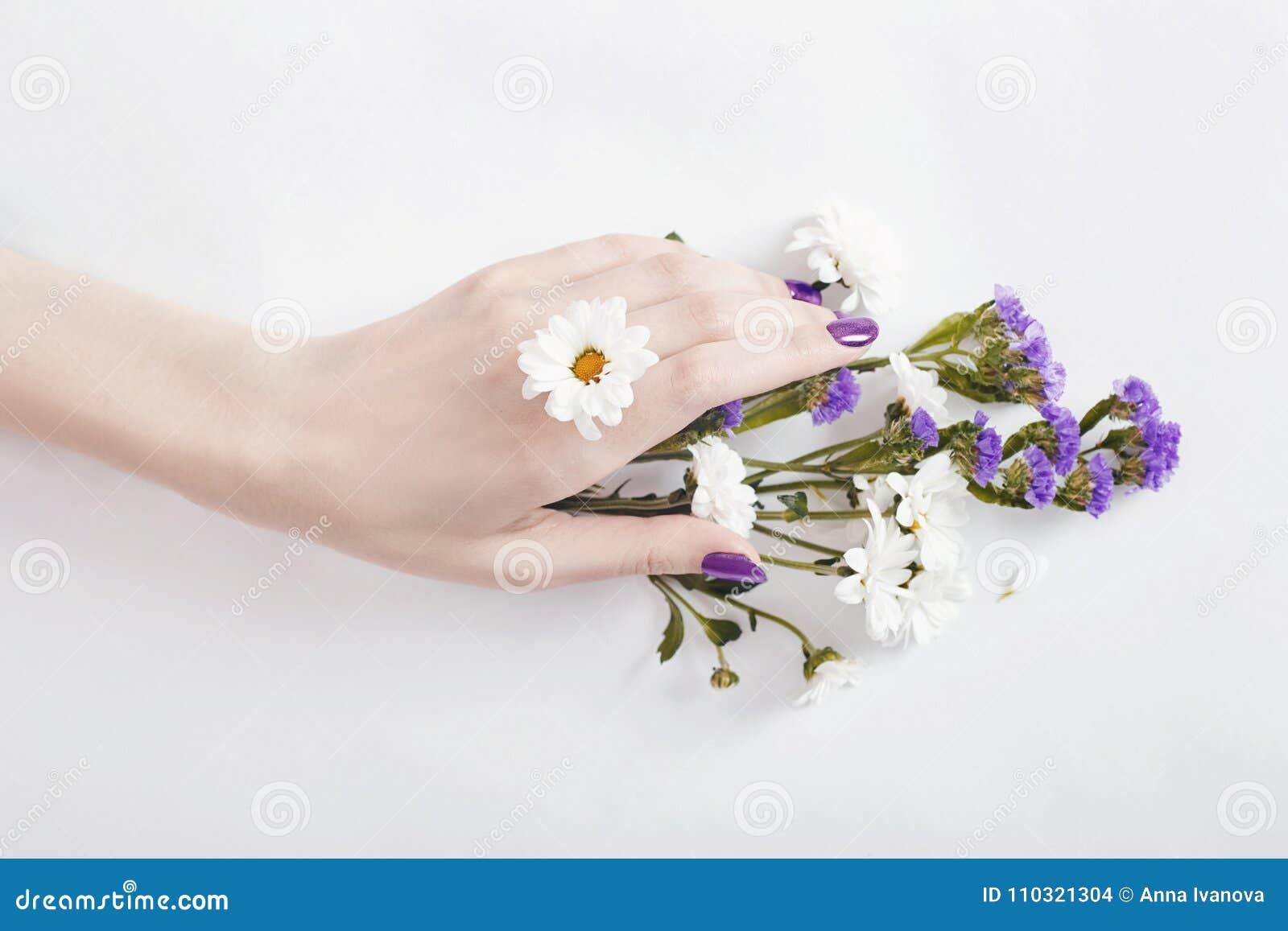1cf386ebab0 Libre de droits. Femme de portrait d art de mode en robe et fleurs d été  dans sa main
