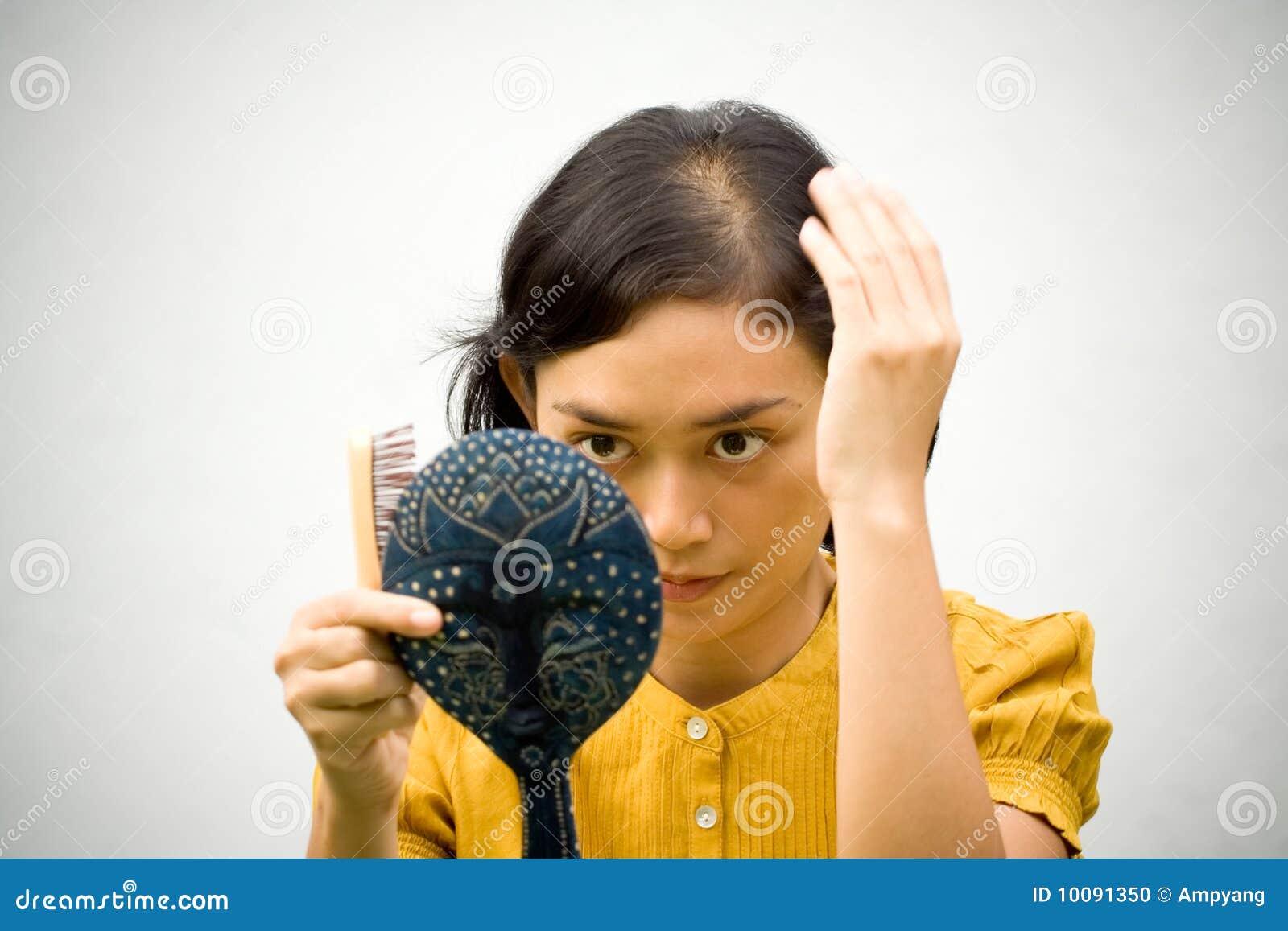 Femme de problème de perte de cheveu
