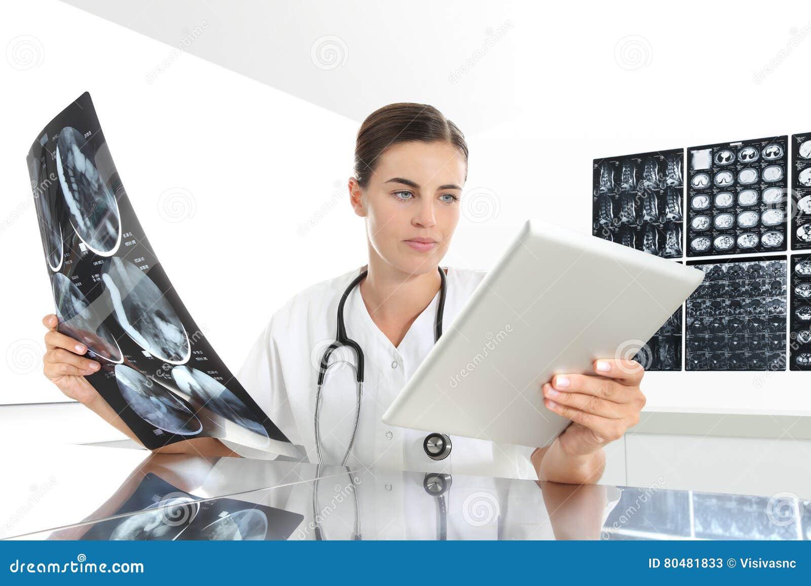 Femme de radiologue vérifiant le rayon X, avec le comprimé, soins de santé