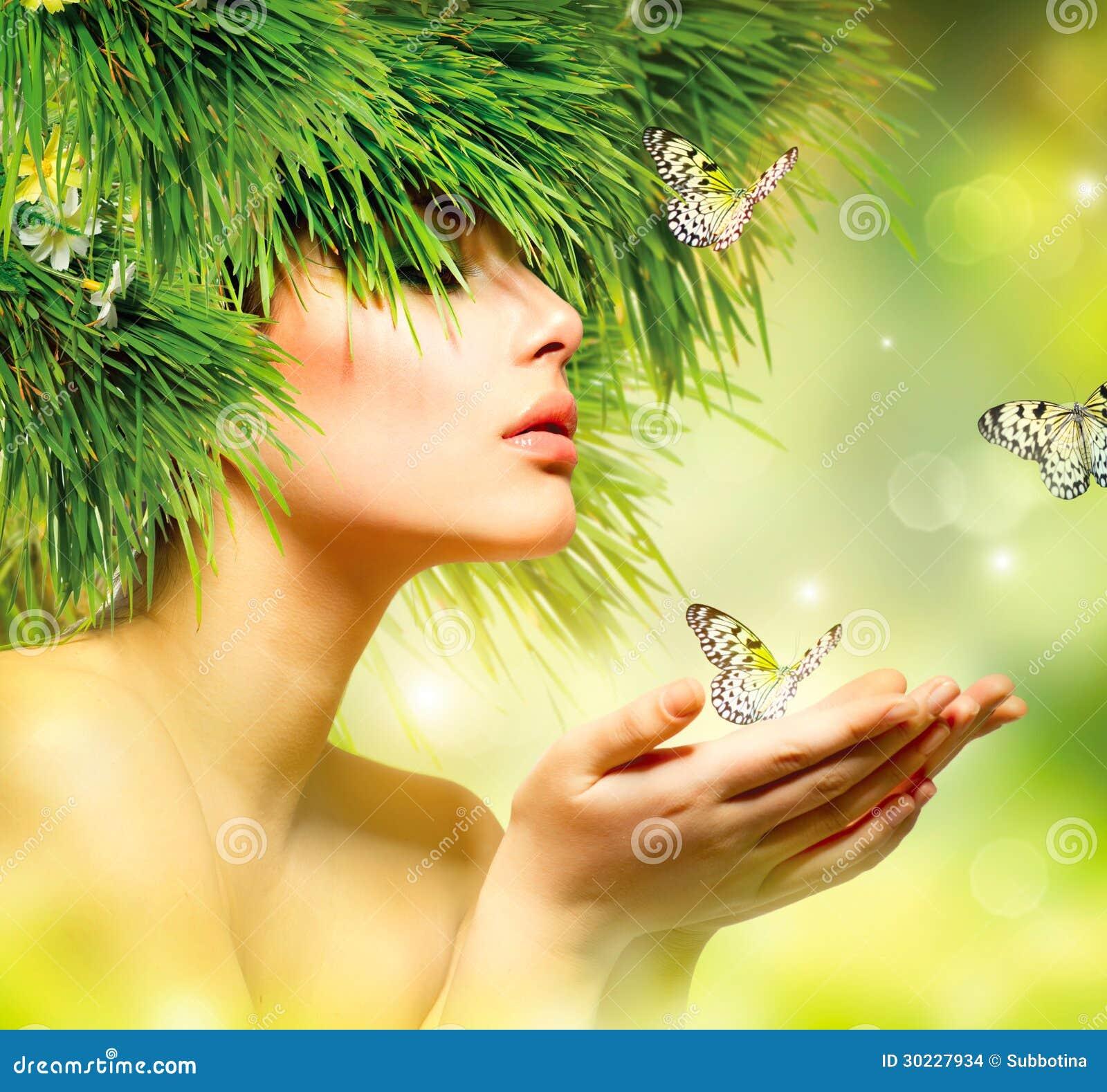 Femme avec des cheveux d herbe verte
