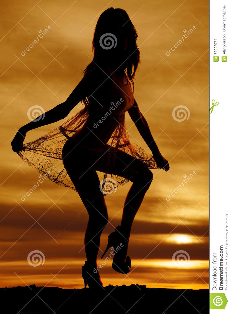 Download Femme De Silhouette Dans De Robe De Prise De Jupe Le Genou Pur Photo stock - Image du mode, lacet: 63092074