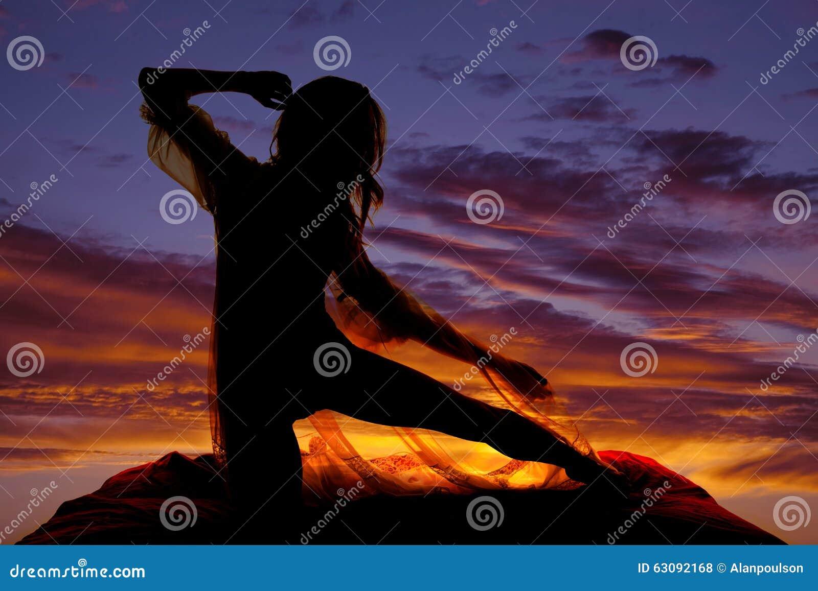 Download Femme De Silhouette Dans La Jambe Pure De Chemise De Nuit Directement Photo stock - Image du yeux, désir: 63092168