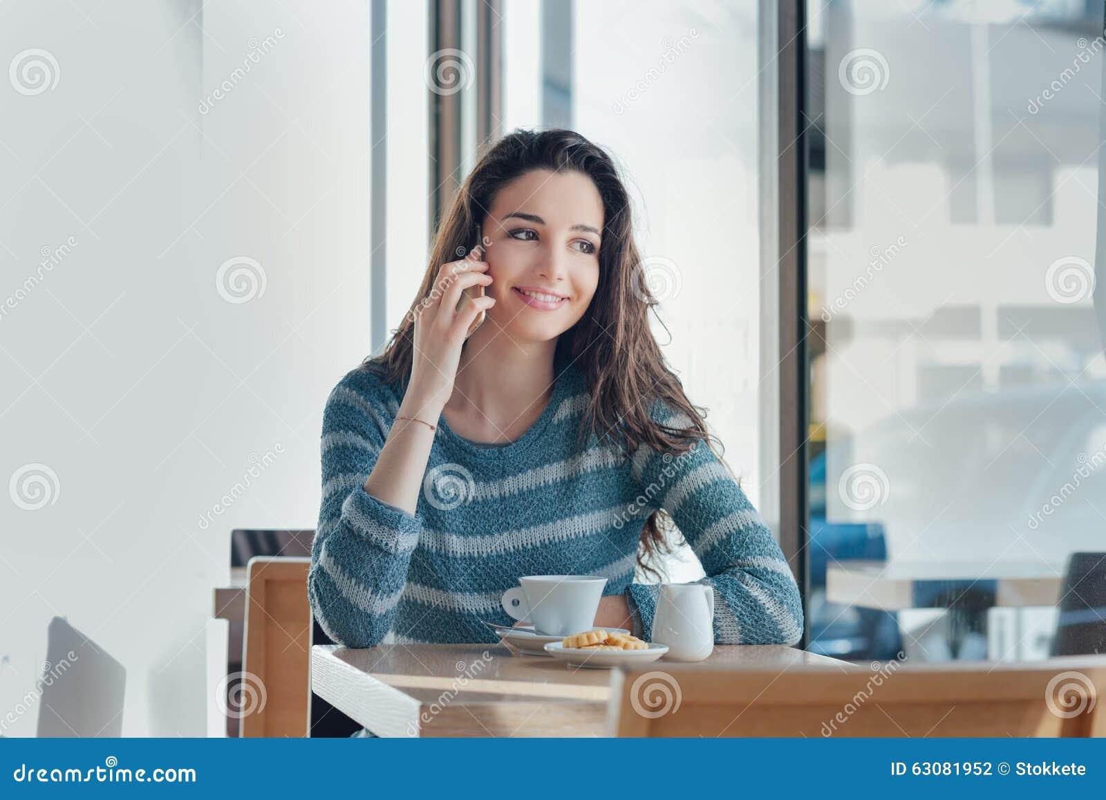 Download Femme De Sourire à La Barre Ayant Un Appel Téléphonique Photo stock - Image du biscuit, cellphone: 63081952