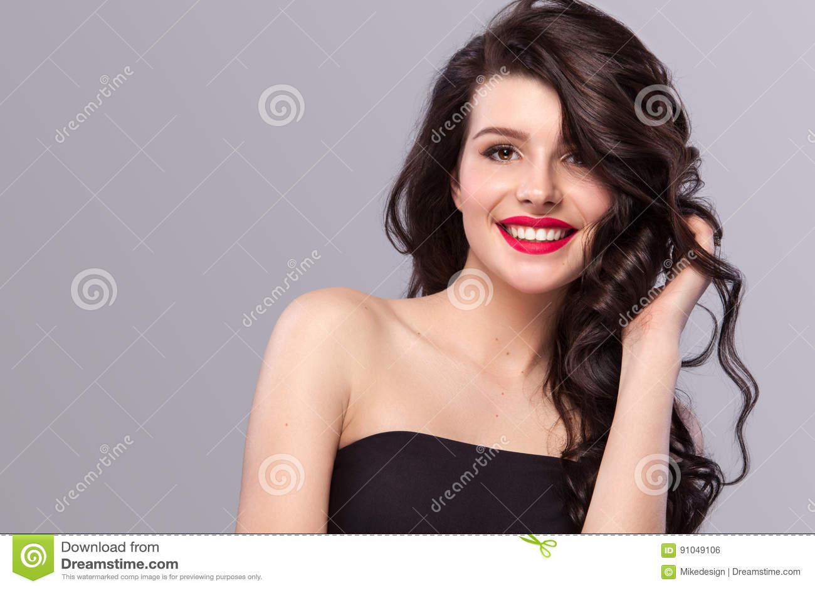 Femme De Sourire Avec De Longs Et Brillants Cheveux Onduleux Beau Modele Coiffure Bouclee Sur Le Fond Gris Photo Stock Image Du Cheveux Bouclee 91049106