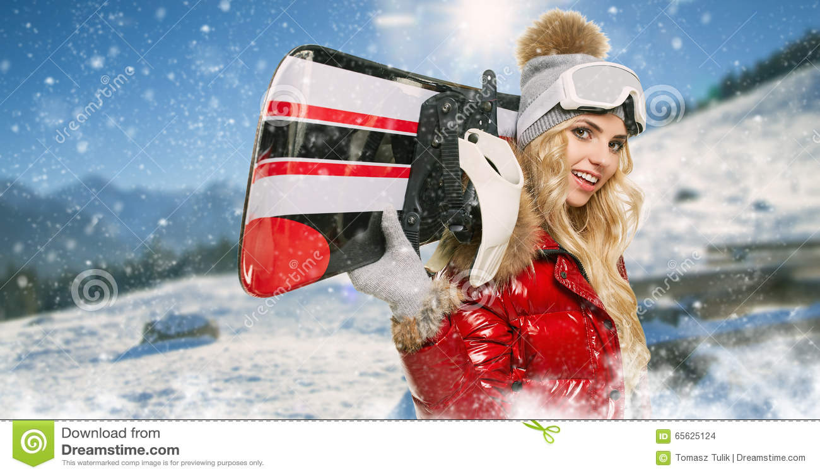 Femme de sourire avec le surf des neiges