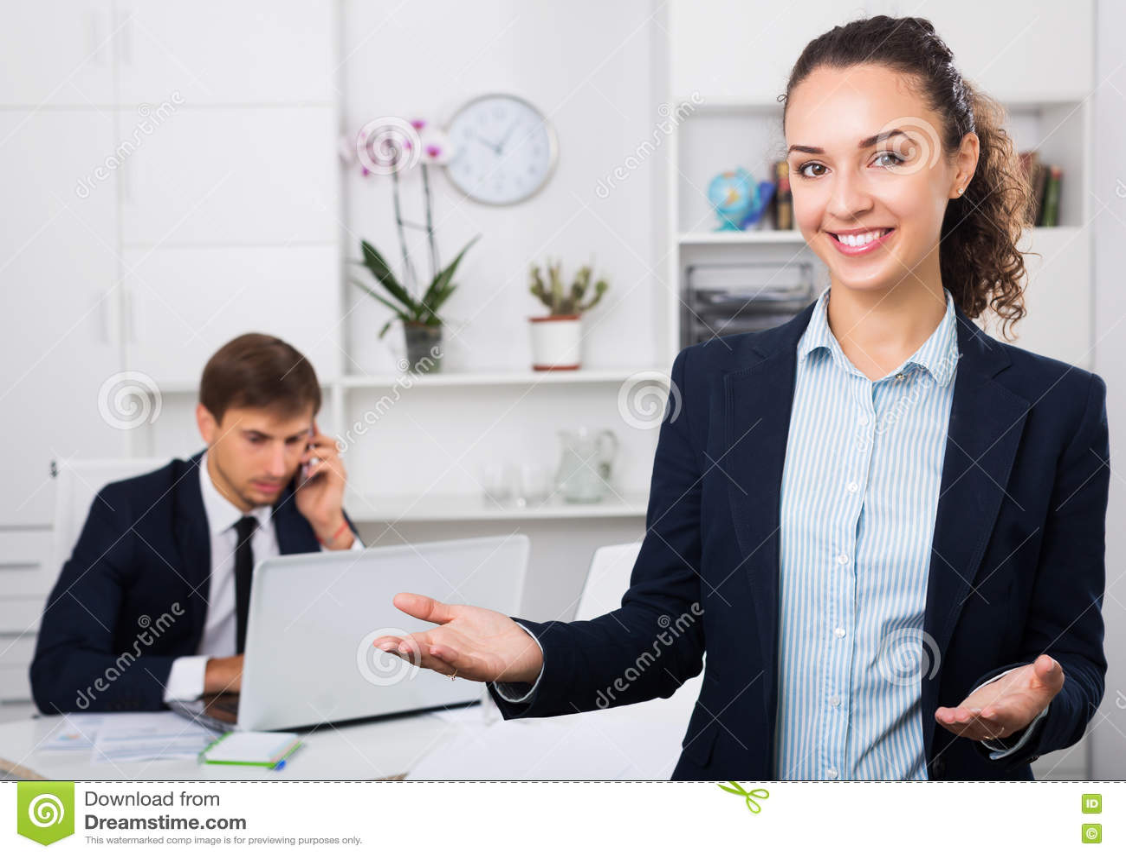 Femme de sourire d affaires dans le bureau