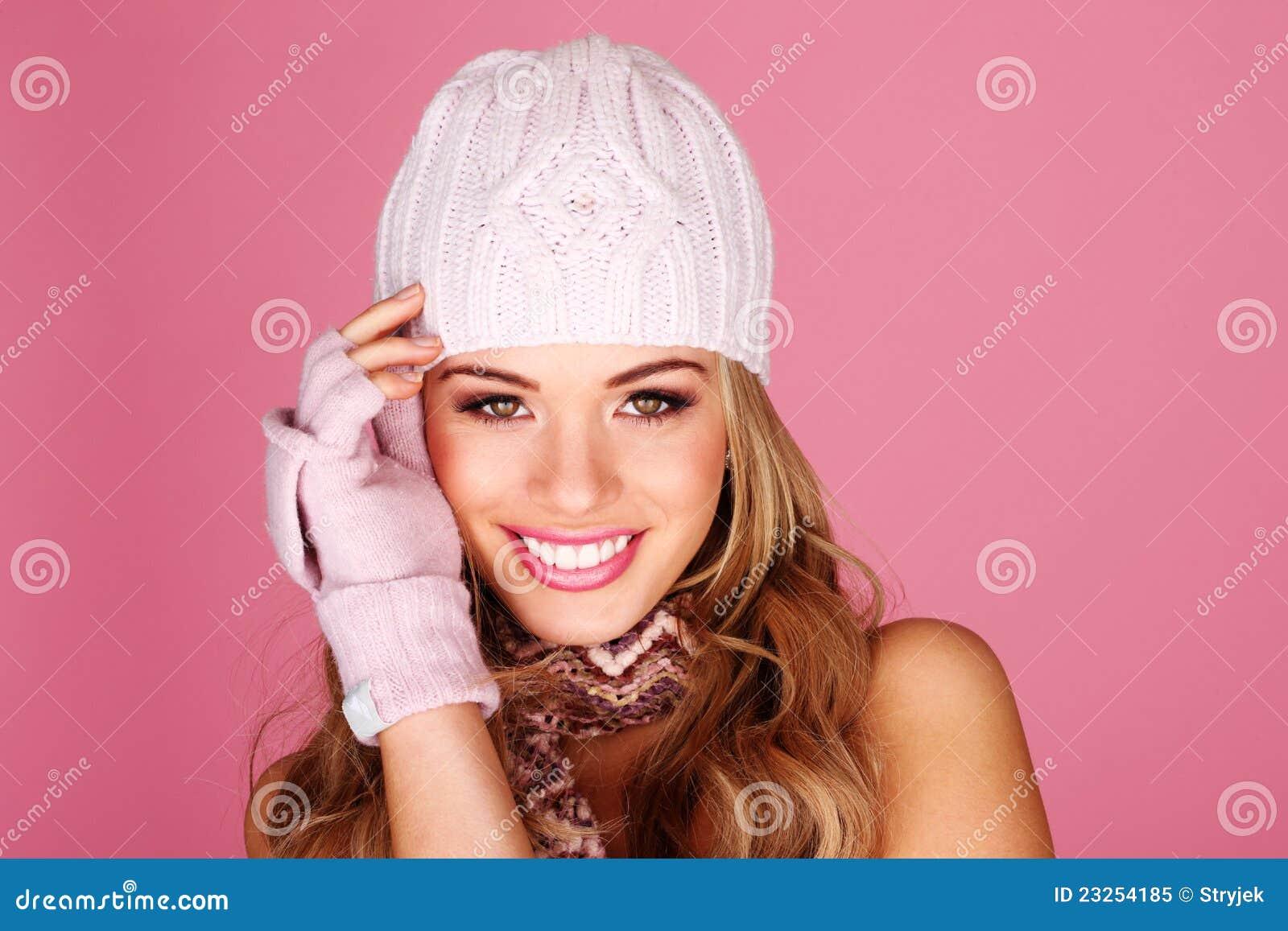 Femme de sourire dans des accessoires de l hiver