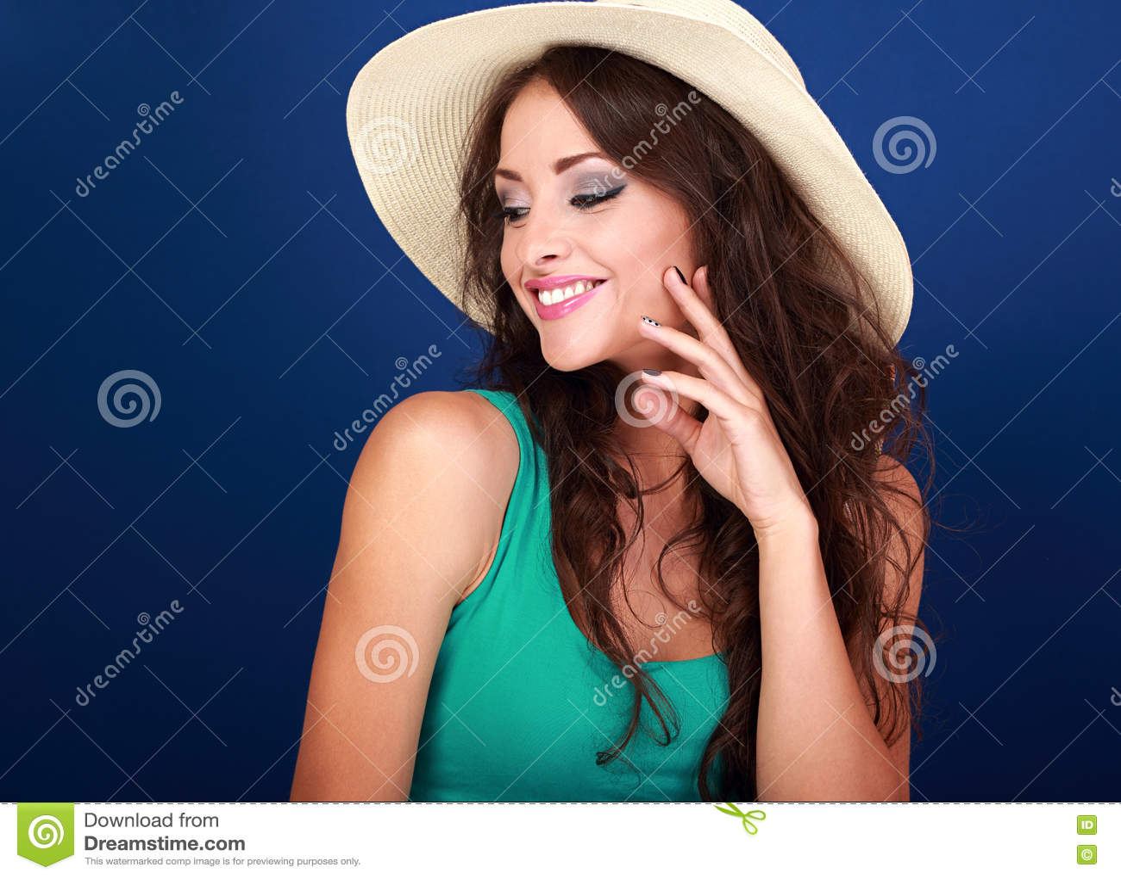 Femme de sourire de beau maquillage dans le chapeau d été avec le long bro bouclé