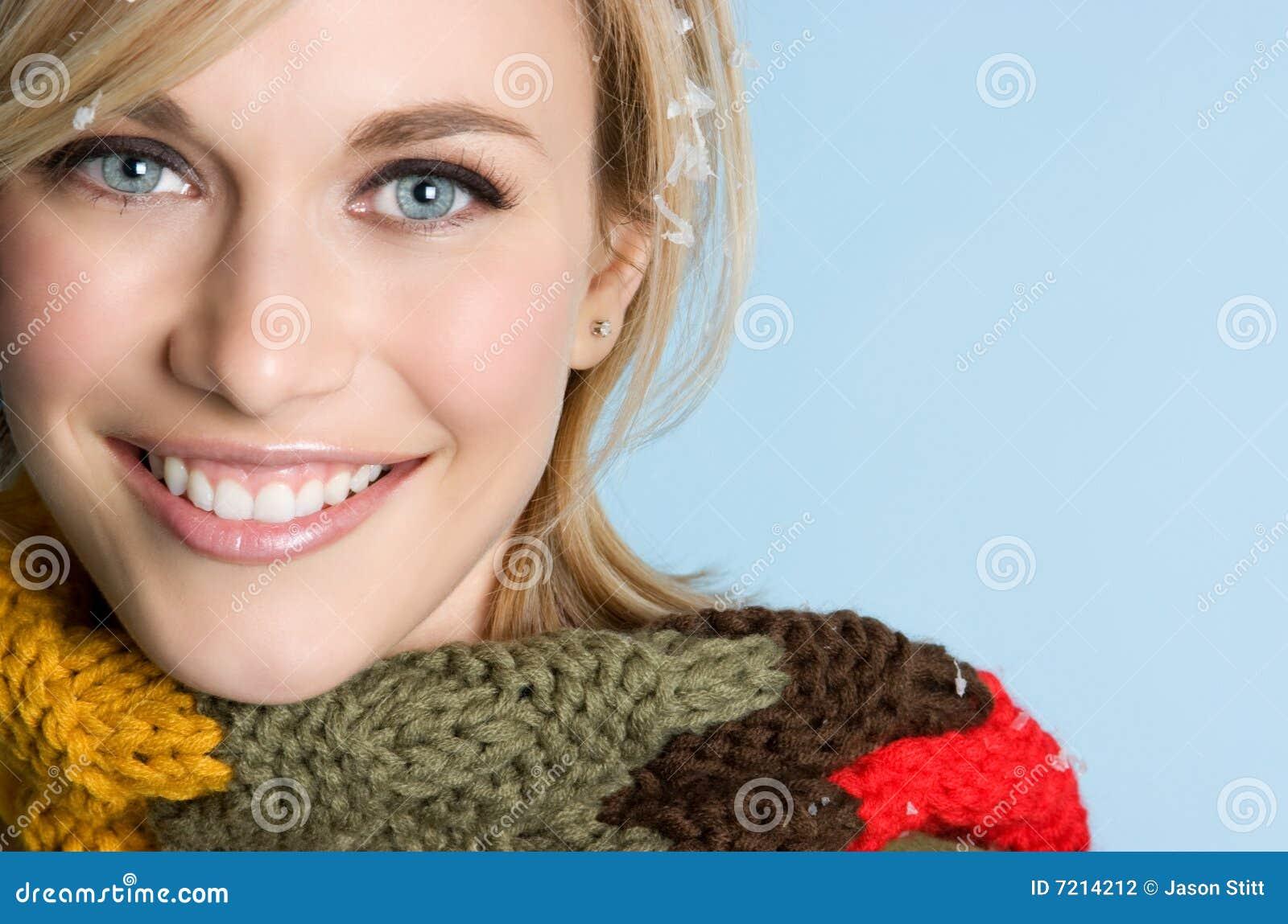 Femme de sourire de l hiver