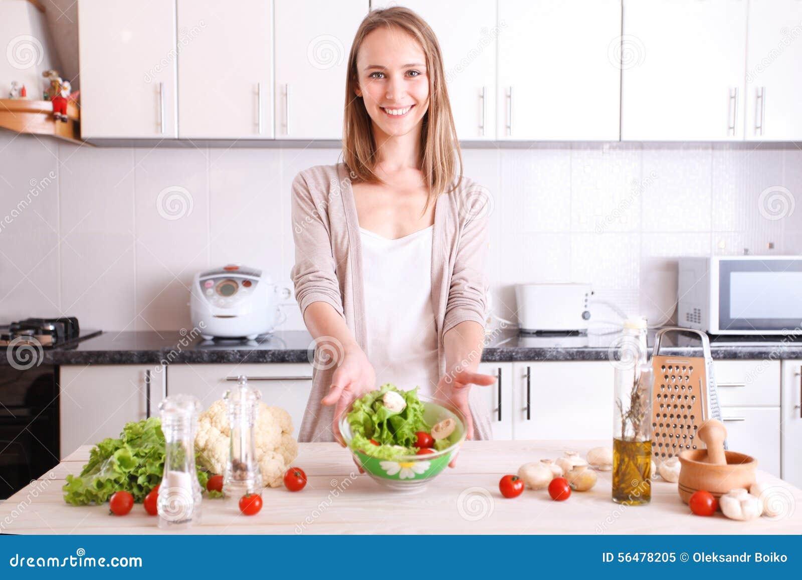 Femme de sourire faisant la nourriture saine