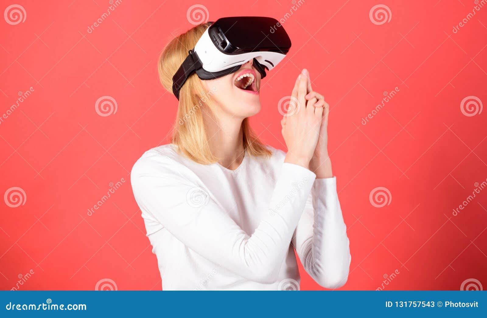 Femme de sourire gaie regardant en verres de VR Femme à l aide du dispositif de VR