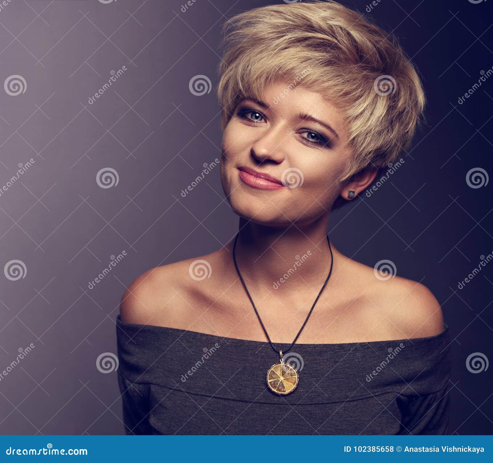 Femme De Sourire Heureuse Avec La Coiffure Blonde Courte De Plomb