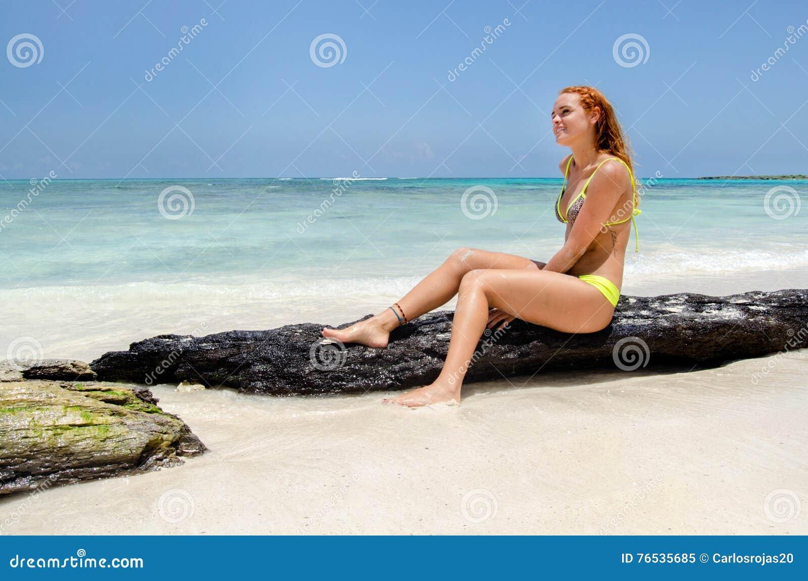 Femme de sourire heureux à la plage