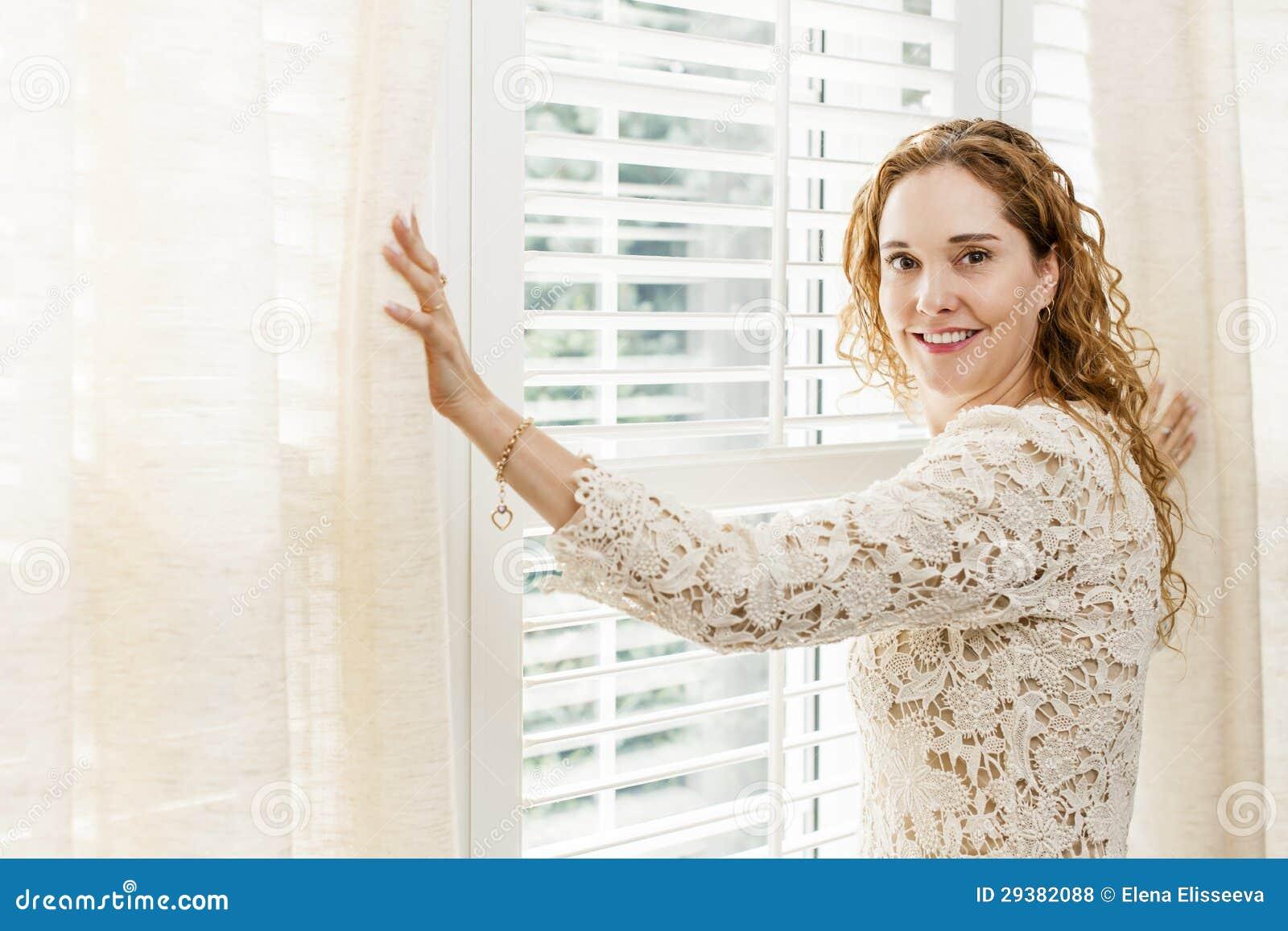 Femme de sourire près d hublot