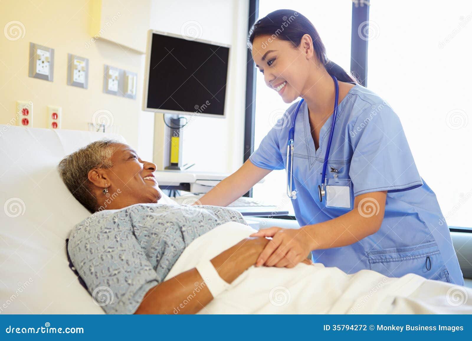 Femme de talking to senior d 39 infirmi re dans la chambre d for La chambre 13 hopital