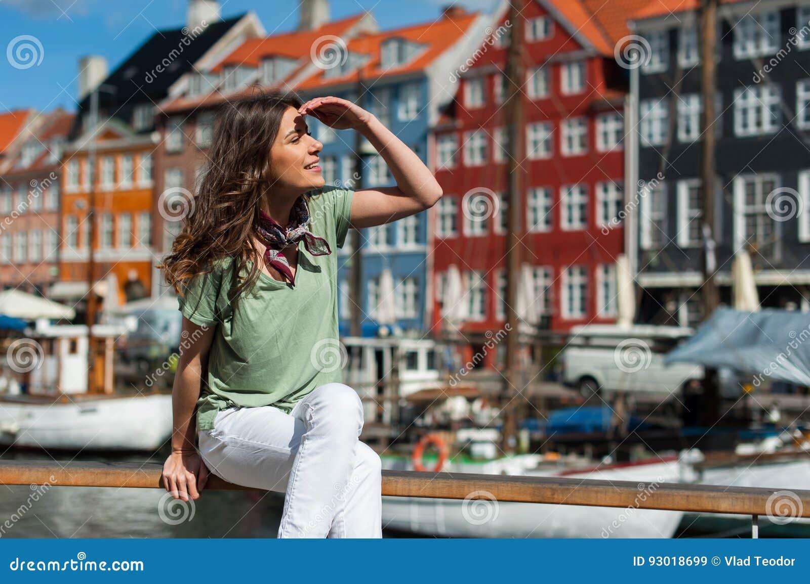 Femme de touristes au pilier Copenhague, Danemark de port de Nyhavn